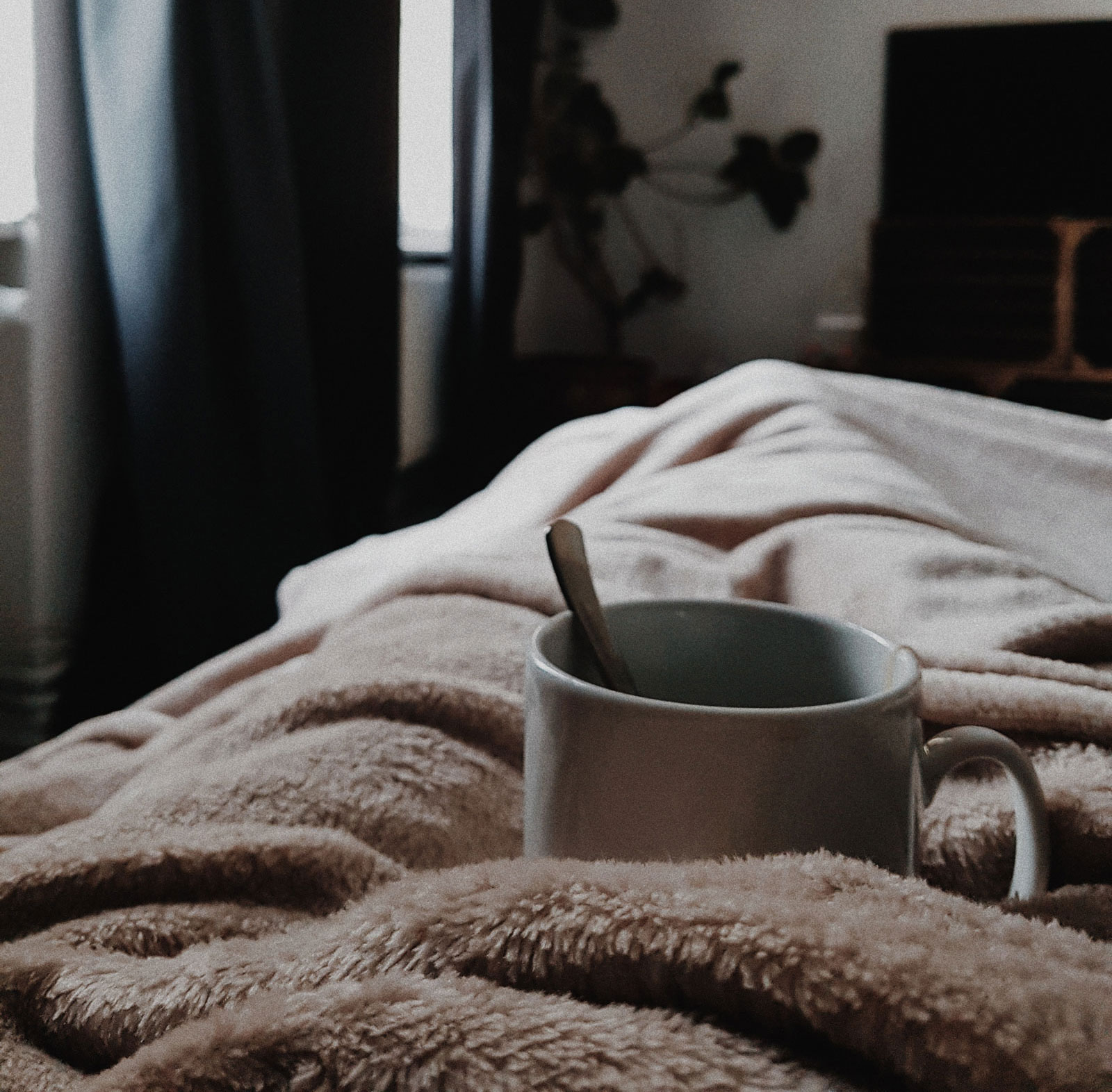 Tea Cup On Bed | Explaining The 6 Most Common Sleepy Time Tea Ingredients